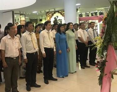 Ngành Giáo dục và Đào tạo Thừa Thiên Huế tổ chức Lễ dâng hoa tại Bảo tàng Hồ Chí Minh nhân kỉ niệm 130 năm ngày sinh của Bác