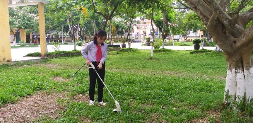 """THCS Thủy Lương: Máy cắt cỏ tự chế, một sản phẩm tuyệt vời từ sự kết hợp phong trào nghiên cứu khoa học và phong trào """"Chủ nhật xanh"""" của hai nữ sinh lớp 9"""