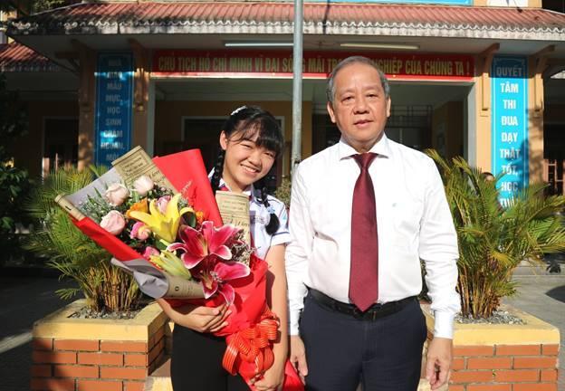 Chủ tịch UBND tỉnh Thừa Thiên Huế tặng Bằng khen và phần thưởng cho em Phan Hoàng Phương Nhi Quán quân Quốc gia Cuộc thi Viết thư Quốc tế UPU lần thứ 49 (2020) tại Việt Nam
