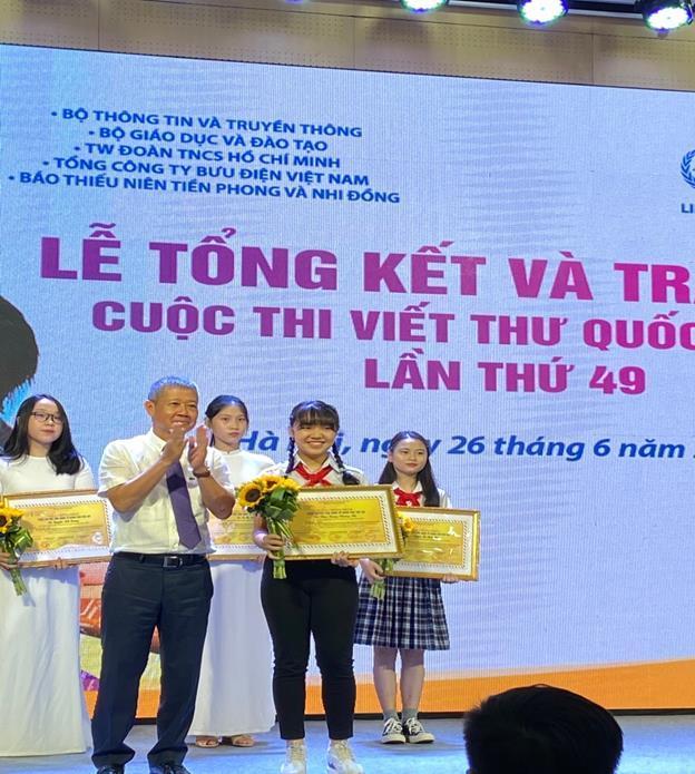 Phan Hoàng Phương Nhi, học sinh lớp 7/2, Trường THCS Duy Tân, Thành phố Huế đạt giải nhất Cuộc thi Viết thư Quốc tế UPU lần thứ 49 do Liên minh Bưu chính Thế giới (UPU) tổ chức