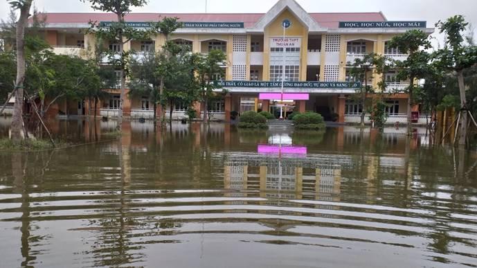 Đến ngày 19/10/2020, Thừa Thiên Huế nhiều trường học vẫn còn ngập lụt, học sinh chưa thể đến trường
