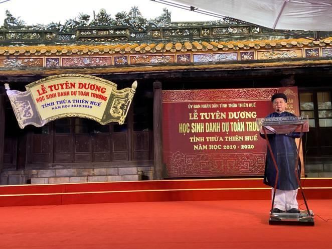 Lần đầu tiên học sinh danh dự toàn trường tỉnh Thừa Thiên Huế được chứng nhận công nhận danh hiệu học sinh danh dự do Chủ tịch UBND tỉnh trao tặng
