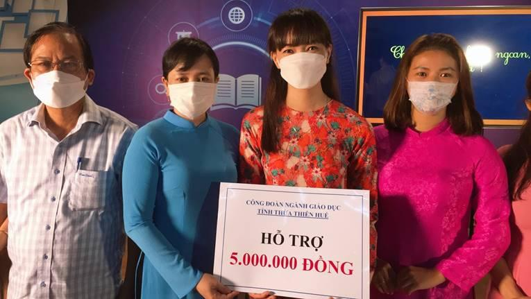 Công đoàn Giáo dục tỉnh Thừa Thiên Huế thăm và tặng quà cho đội ngũ Giáo viên cấp tiểu học tham gia dạy học qua truyền hình năm học 2021-2022